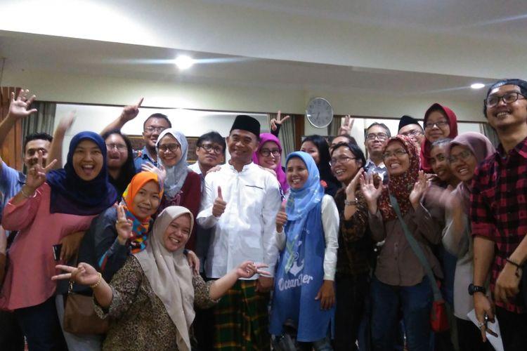 Menteri Pendidikan dan Kebudayaan (Mendikbud) Muhadjir Effendy diabadikan bersama wartawan pendidikan, saat buka puasa bersama, di kediamannya Kompleks Widya Chandra III, Jakarta, Selasa (20/6/2017).