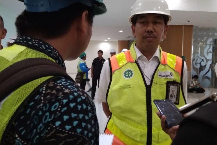Direktur Utama PT Angkasa Pura II Muhammad Awaluddin memberi penjelasan kepada Kompas.com mengenai teknis perpanjangan landasan pacu Bandara Kertajati, Selasa (17/4/2018).
