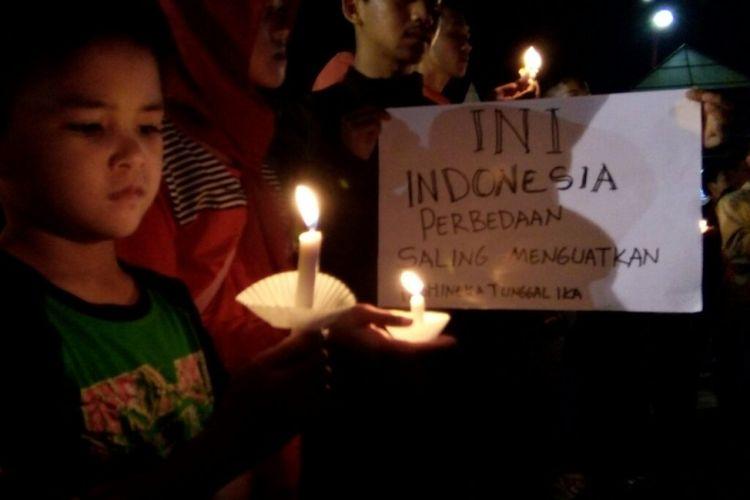 Ratusan Anggota dari Sejumlah Komunitas di Jember, Jawa Timur, Menggelar Doa Bersama Untuk Korban Bom di Surabaya, Senin (14/5/2018) malam.