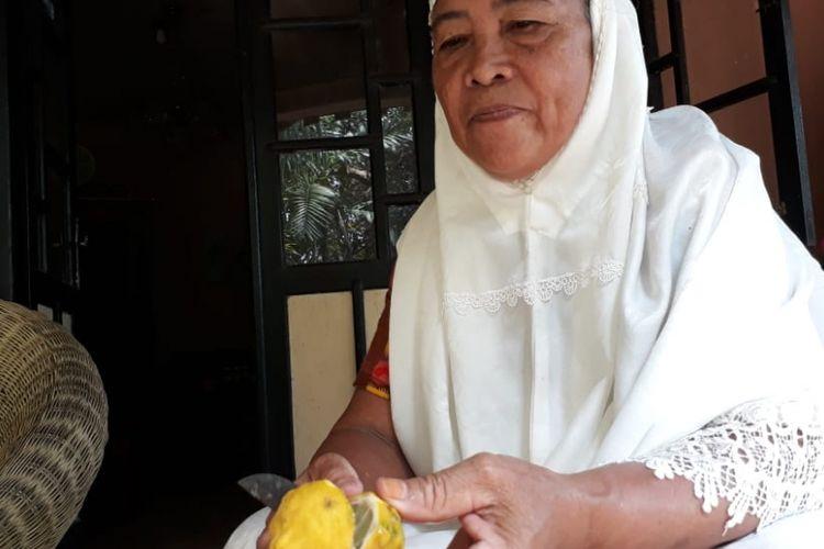 Martin Ali (63) warga Huntu selatan Bone Bolango membelah limu tutu (jeruk purut) sebagai salah satu bahan yang digunakan untuk ramuan Bongo yiladu