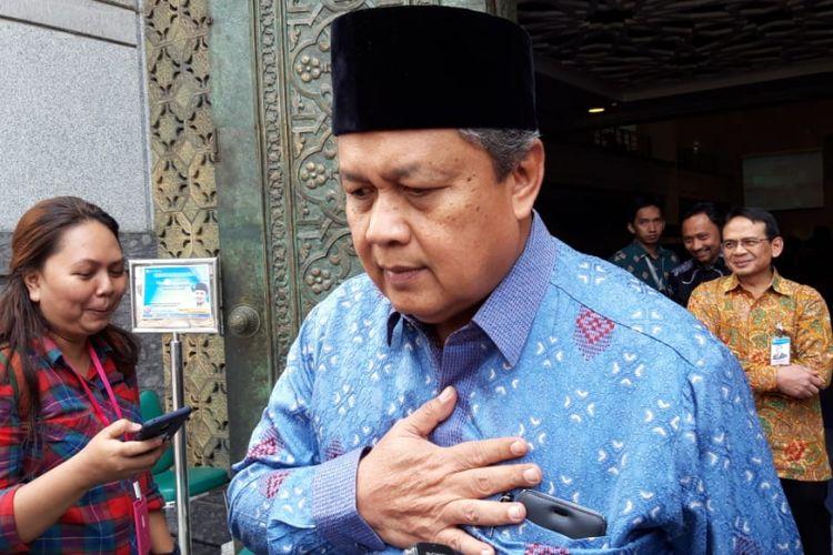Gubernur Bank Indonesia Perry Warjiyo ketika ditemui awak media selepas shalat Jumat di Masjid BI, Jumat (28/9/2018).