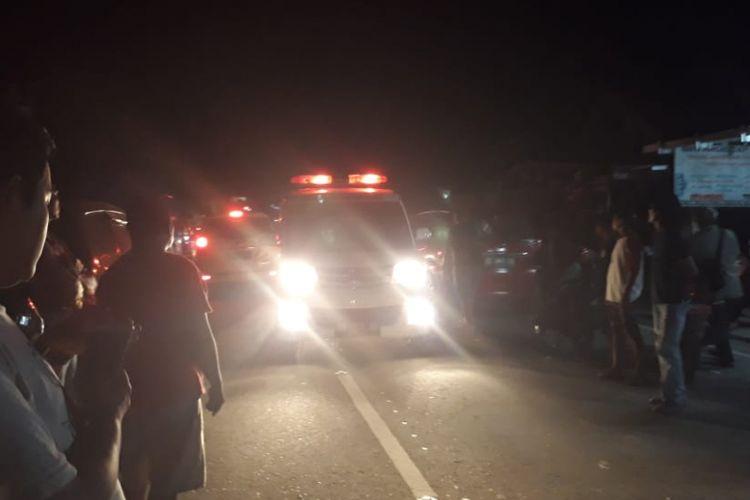 Sebuah ambulans membawa pasien korban gempa melintas di Jalan Toboli, Sulawesi Tengah. Jalur ini merupakan pintu masuk ke Palu dari sisi utara.