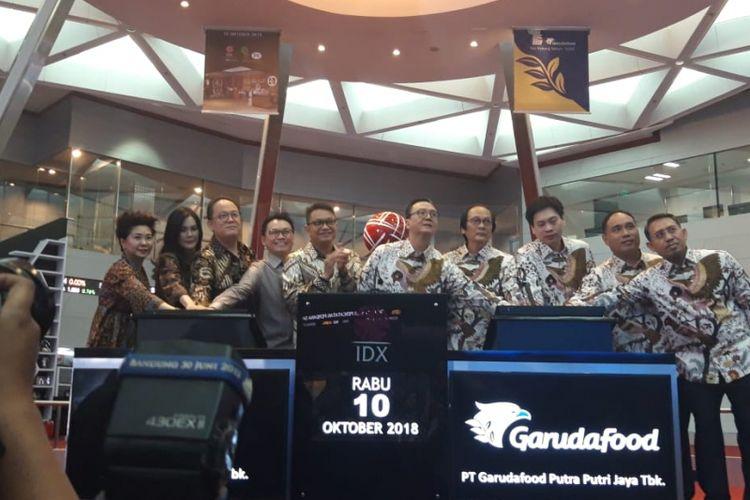 Jajaran Direksi PT Garudafood Putra Putri Jaya Tbk dan PT Jaya Bersama Indo Tbk saat pencatatan saham perdana di Bursa Efek Indonesia (BEI), Rabu (10/10/2018).