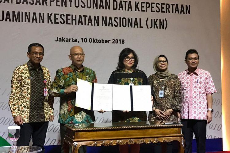 Kementerian Dalam Negeri saat memberikan data kependudukan kepada BPJS Kesehatan di Kantor Pusat BPJS Kesehatan, Jakarta, Rabu (10/10/2018).