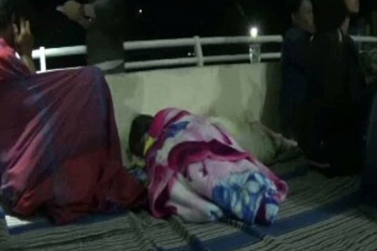 Pengungsi gempa terpaksa tidur seadanya di lapangan bola kota Mamasa Sulawesi Barat, Selasa (6/11/2018)