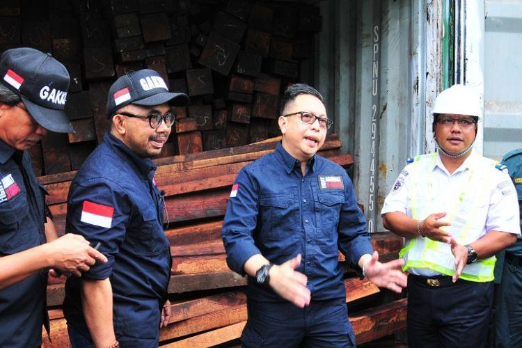 34 kontainer kayu Merbau diamankan di Depo PT SPIL di Surabaya, Jumat (7/12/2018)
