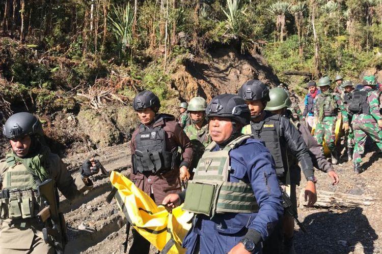 Aparat keamanan melakukan evakuasi terhadap jenazah yang ditemukan di lokasi kejadian Puncak Kabo, Distrik Yigi, Kabupaten Nduga