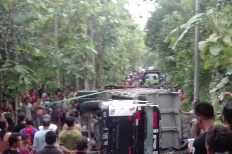 Warga memenuhi jalanan truk yang terguling di Dusun Pereng, Ngentakrejo,  Lendah, Kulon Progo, Sabtu (8/12/2018). Dalam kejadian ini, 1 orang tewas.