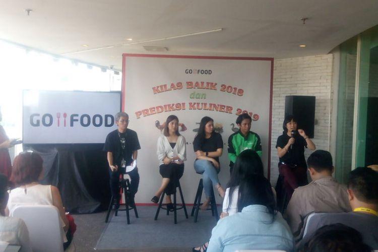 VP Marketing Go-Food, Aristo Kristandyo (kiri) memberi penjelasan capain Go-Food selama 2018 di Kantor Go-Jek, Pasaraya Blok M, Jakarta, Senin (7/1/2019).