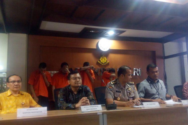 Kasubdit II Direktorat Tindak Pidana Siber Bareskrim Polri, Kombes Rickynaldo Chairul (kanan) saat konferensi pers di gedung Direktorat Siber Bareskrim Polri, Jakarta, Selasa (8/1/2019).
