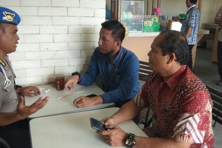 Buronan Komisi Pemberantasan Korupsi (KPK), Ferry Suando Tanuray  Kaban (kanan) menyerahkan diri ke Polsek Kelapa Dua, Tangerang Selatan (Tangsel), Jumat (11/1/2019).