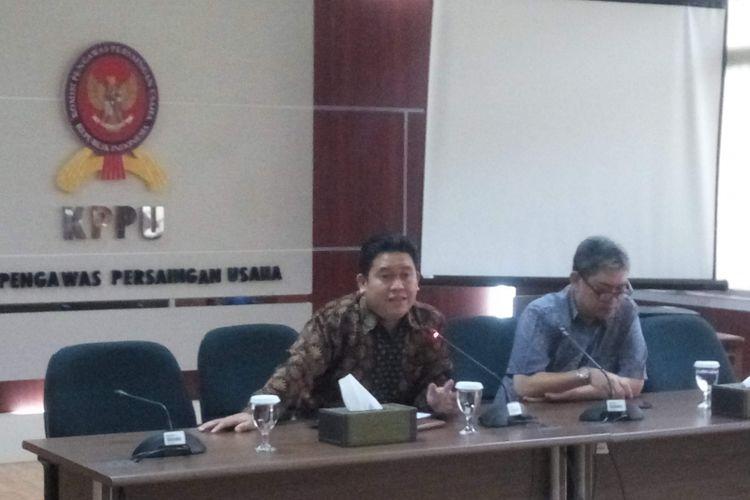 Komisioner Komisi Pengawasan Persaingan Usaha (KPPU) Guntur Saragih (kiri) saat di kantornya, Jakarta, Jumat (11/1/2019).