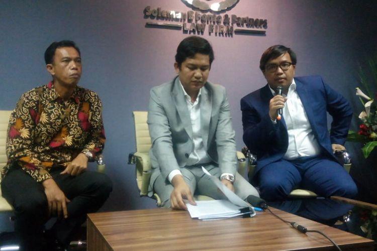Kuasa Hukum AJB Bumiputera 1912, Army Mulyanto (tengah) memberikan penjelasan terkait upaya hukum yang ditempuh AJB Bumiputera 1912 di kantornya, Jakarta Selatan, Jumat (11/1/2019).