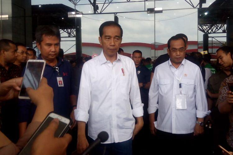 Presiden Joko Widodo (Jokowi) memberikan keterangan pers usai menghadiri acara Silaturahmi Nasional (Silatnas) Keluarga Besar Pengemudi Online di Jakarta International Expo Kemayoran, Jakarta, Sabtu (12/1/2019).