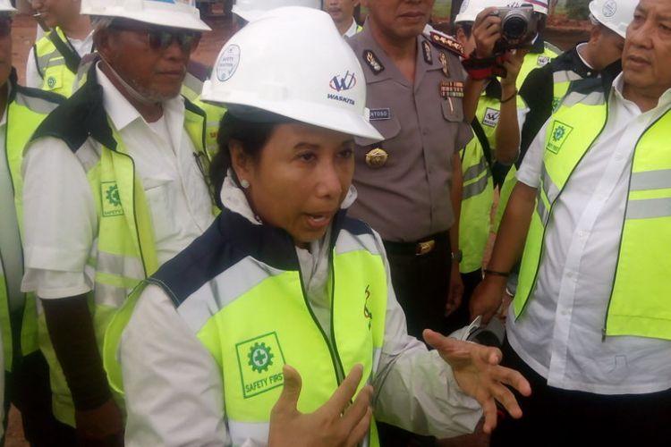 Menteri Badan Usaha Milik Negara (BUMN), Rini Soemarno (depan) meninjau ruas tol Terbanggi Besar-Pematang Panggang, Lampung, Kamis (31/1/2019).