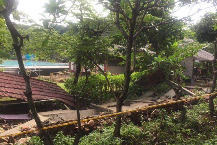 Kondisi roboh kolam renang Buperta Cibubur,  Jakarta Timur,  Selasa (12/2/2019).