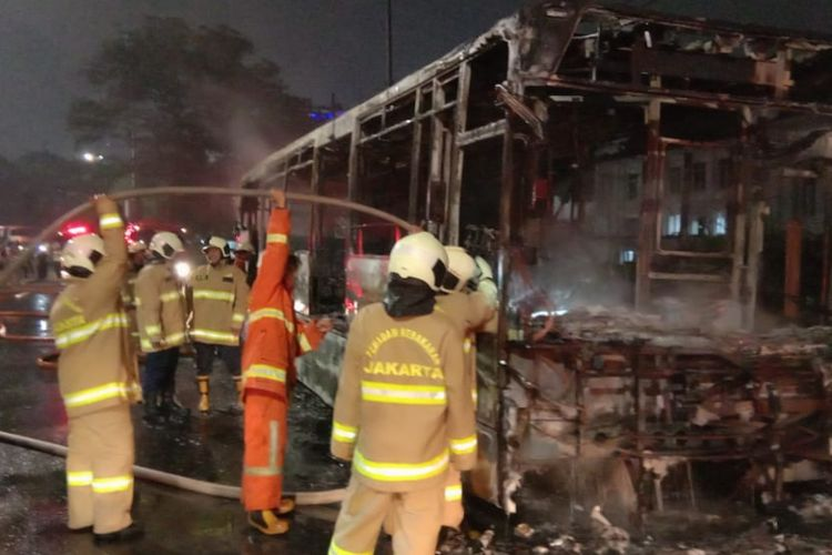 Sebuah bus transjakarta terbakar di depan Starbucks, Jalan Pos No.2, Pasar Baru, Sawah Besar, Jakarta Pusat, Senin (18/2/2019) pukul 20.33 WIB.