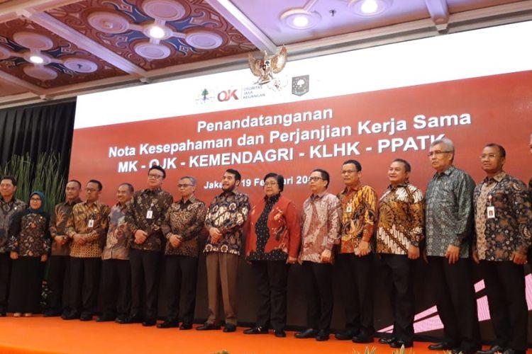 Penandatanganan nota kesepahaman dan perjanjian kerja sama antara Mahkamah Konsititusi, Otoritas Jasa Keuangan (OJK), Kementerian Lingkungan Hidup dan Kehutanan (KLHK), Kementerian Dalam Negeri (Kemendagri), dan Pusat Pelaporan dan Analisis Transaksi Keuangan (PPATK), di Jakarta, Selasa (19/2/2019).