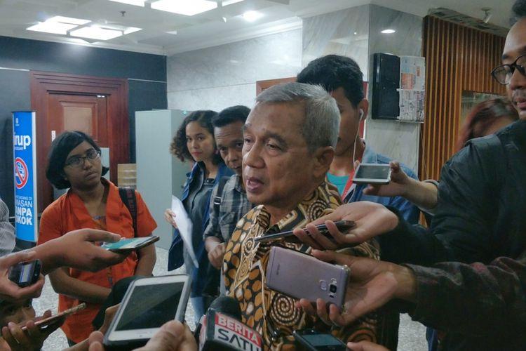 Mantan Ketua Komisi Pemberantasan Korupsi (KPK) Busyro Muqoddas saat memberikan keterangan di gedung MK, Jakarta Pusat, Kamis (7/12/2017).