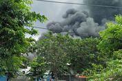 Petugas Kesulitan Padamkan Api di Pabrik Bahan Plastik