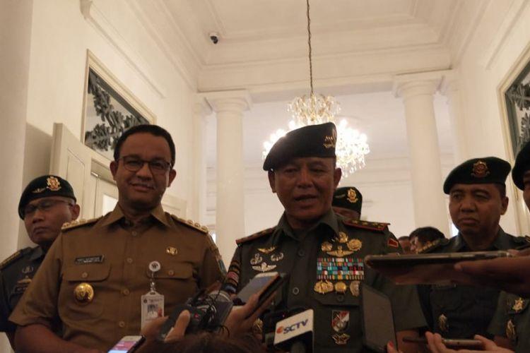 Gubernur DKI Jakarta Anies Baswedan dan Pangkostrad Letjen TNI Besar Harto Karyawan di Balai Kota DKI Jakarta, Selasa (12/2/2019).
