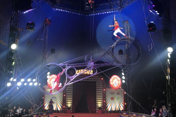 Aksi Wheel of Stunt dimainkan dengan berputar di dalam 2 roda besi dalam kecepatan tinggi