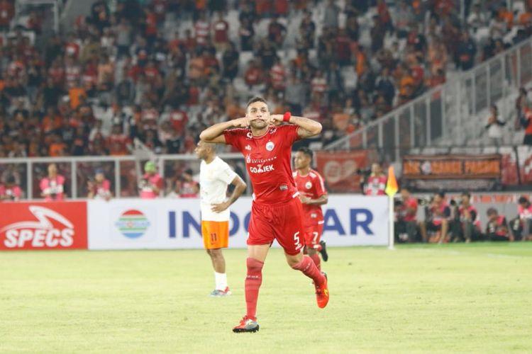 Bek Persija Jakarta, Jaimerson Da Silva, merayakan gol timnya ke gawang Borneo FC pada pertandingan Liga 1 di Stadion Utama Gelora Bung Karno, Sabtu (14/4/2018).