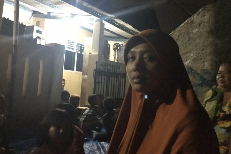 Istri dari almarhum MA yang dibakar hidup-hidup diduga melakukan pencurian amplifier mushala, Siti Zubaidah saat ditemui di kediamannya Kampung Jati, Desa Cikarang Kota, Cikarang Utara, Kabupaten Bekasi, Kamis (3/8/2017).