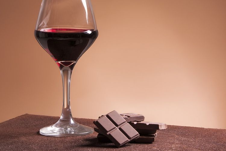 Ilustrasi anggur merah dan cokelat
