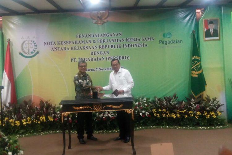 Direktur Utama PT Pegadaian (Persero) Sunarso (kiri) di kantor di kantor Kejaksaan Agung RI, Jakarta Selatan, Rabu (7/11/2018).