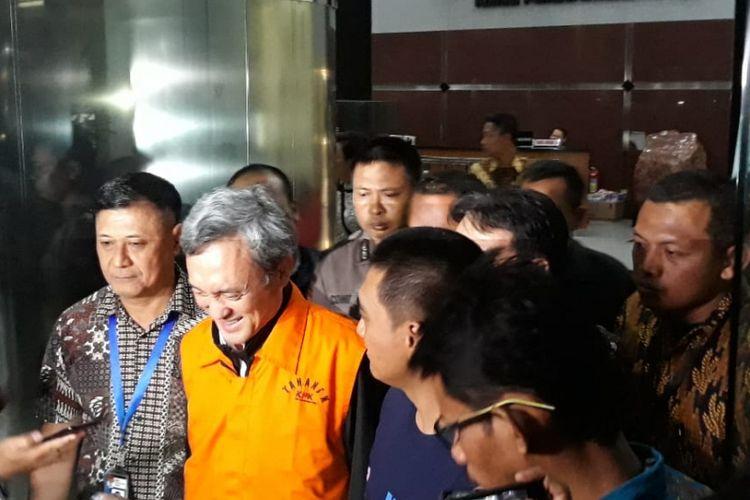 Mantan petinggi Lippo Group, Eddy Sindoro mengenakan rompi tahanan seusai diperiksa di Gedung KPK Jakarta, Jumat (12/10/2018).