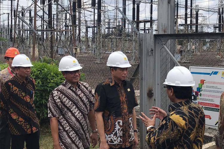Menteri Energi dan Sumber Daya Mineral (ESDM) Ignasius Jonan meninjau Pusat Pengatur Beban (P2B) Jawa Bali di Gandul, Depok, Jawa Barat, Jumat (12/4/2019).
