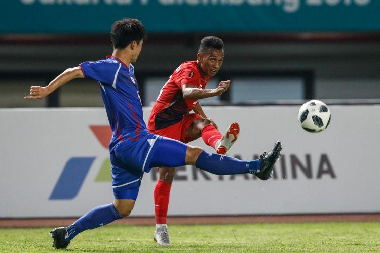Pesepak bola Indonesia Irfan Jaya mengumpan bola pada pertandingan Grup A Asian Games ke-18 di Stadion Patriot, Bekasi Minggu (12/8/2018). Timnas Indonesia menang dengan skor 4-0.
