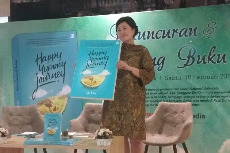 Eje Kim, seorang profesor asal Korea Selatan yang mencintai durian Indonesia sedang menjelaskan kecintaannya pada Indonesia, dalam acara launching bukunya Happy Yummy Journey, di Gramedia Central Park, Jakarta, Sabtu (10/2/2018).
