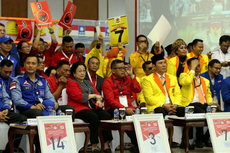 Suasana Pengambilan Nomor Urut Partai Politik untuk Pemilu 2019 di Gedung Komisi Pemilihan Umum (KPU), Minggu (18/2/2018). Empatbelas partai politik (parpol) nasional dan empat partai politik lokal Aceh lolos verifikasi faktual untuk mengikuti Pemilu 2019.