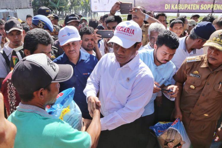 Menteri Pertanian Andi Amran Sulaiman memberi bantuan pertanian untuk masyarakat Soppeng, Sulawesi Selatan yang dilanda banjir, Selasa (10/7/2018)