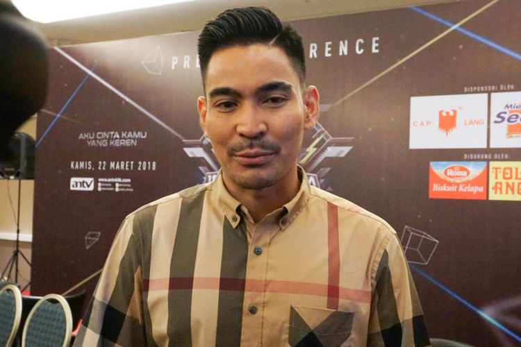 Pembawa acara Robby Purba saat diabadikan di kawasan Rasuna Said, Kuningan, Jakarta Selatan, Kamis (22/3/2018).