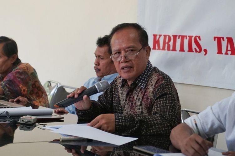 Direktur Eksekutif Forum Masyarakat Peduli Parlemen (Formappi) I made Leo Wiratma saat menggelar konferensi pers terkait evaluasi kinerja DPR Masa Sidang IV Tahun Sidang 2017-2019, di kantor Formappi, Matraman, Jakarta Pusat, Selasa (22/5/2018).