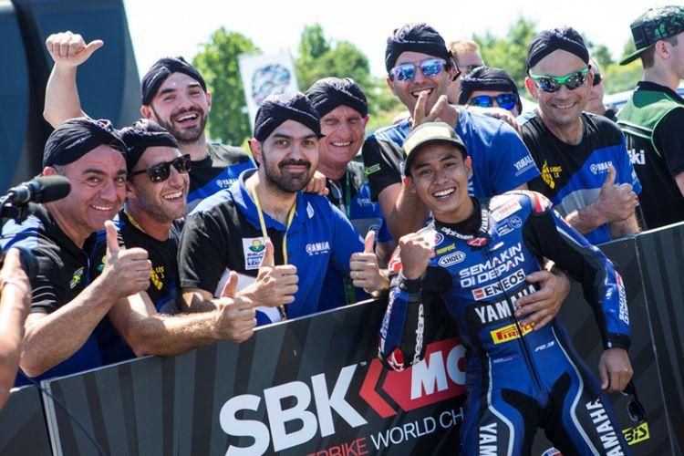 Pakai blangkon, Galang bawa tim Yamaha start terdepan di WorldSSP300 Misano, Italia
