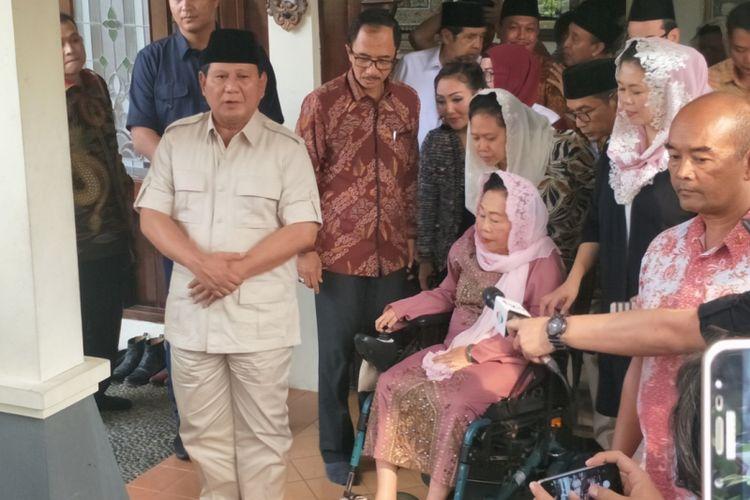 Bakal calon presiden Prabowo Subianto saat memberikan keterangan seusai bertemu istri mendiang Presiden Ke-4 RI Abdurrahman Wahid atau Gus Dur, Shinta Nuriyah Wahid di Ciganjur, Jakarta Selatan, Kamis (13/9/2018).