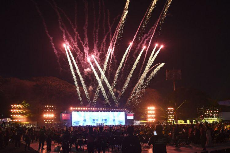 Pesta kembang api menyemarakkan Upacara Penutupan Asian Para Games 2018 di Stadion Madya GBK, Jakarta, Sabtu (13/10). ANTARA FOTO/Dhemas Reviyanto/kye/18