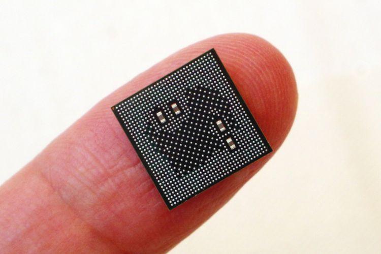 Perbandingan ukuran chipset Snapdragon 855 5G dengan telunjuk jari orang dewasa. Chipset buatan Qualcomm tersebut diperkenalkan pada acara Snapdragon Summit 2018 di Maui, Hawaii, Selasa (4/12/2018) siang waktu setempat.