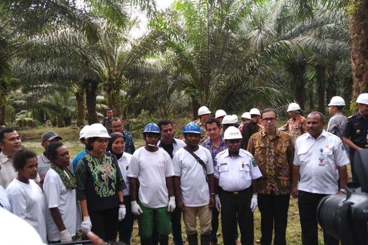 Menteri Keuangan Sri Mulyani Indrawati mengunjungi nasabah Lembaga Pembiayaan Ekspor Indonesia (LPEI) di Manokwari, Papua Barat, Rabu (19/12/2018).