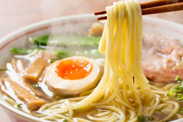 Ilustrasi ramen. Berbeda dengan udon atau soba, ramen punya tekstur yang lentur, berpostur gemuk, dan berwarna kuning.