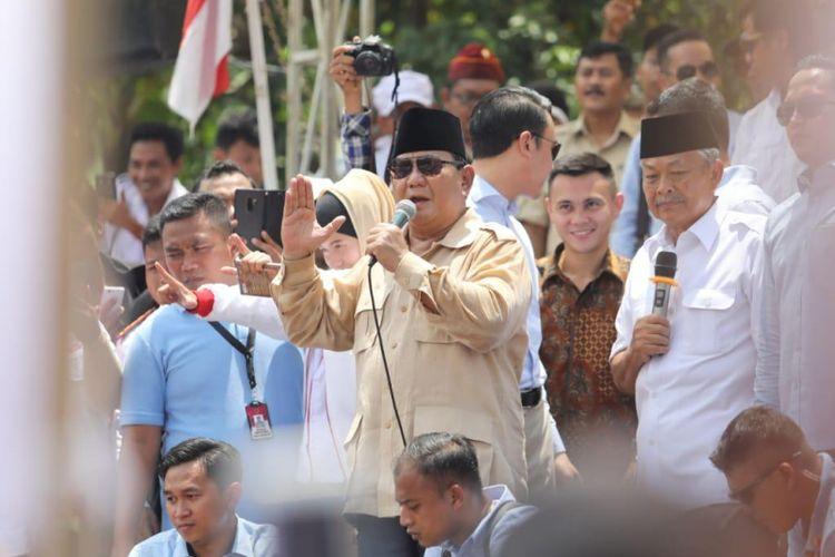 Calon presiden nomor urut 02 Prabowo Subianto berkunjung ke beberapa desa di Kabupaten Purbalingga, Jawa Tengah, Rabu (13/2/2019). Dari mulai Desa Panaruban hingga Desa Slinga.  Dalam kunjungannya itu, Prabowo didampingi oleh mantan Gubernur Jawa Tengah Letjen TNI (Purn) Bibit Waluyo.