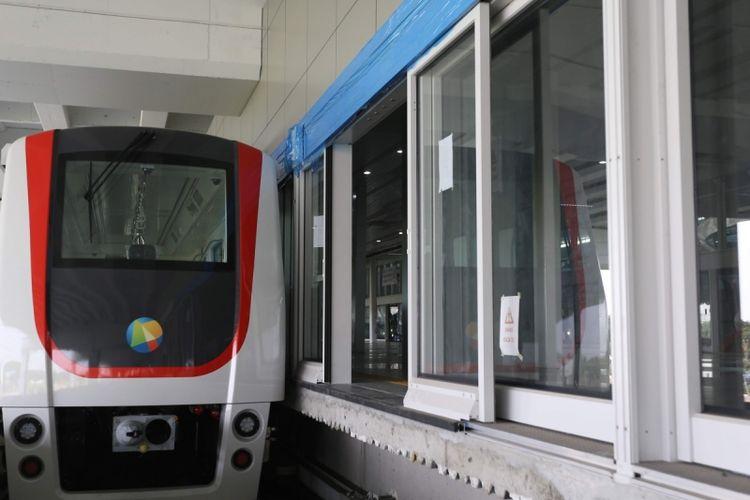 Kondisi satu trainset kereta tanpa awak atau skytrain usai diuji coba di Terminal 3 Bandara Soekarno-Hatta, Tangerang, Senin (21/8/2017). Skytrain dioperasikan untuk mengakomodasi perpindahan penumpang dari satu terminal ke terminal lainnya dan direncanakan akan beroperasi penuh pada September 2017 mendatang.