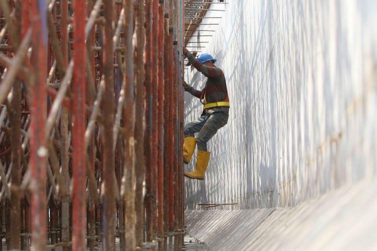 Aktivitas pekerja di proyek pembangunan tol rute Kunciran-Cengkareng, Benda, Tangerang, Banten, Kamis (31/8/2017). Jasa Marga membangun tol sepanjang 14,189 Km jalur Kunciran, Batuceper, Benda, berakhir di Cengkareng untuk akses menuju Bandara Soekarno-Hatta, diperkirakan rampung pada Agustus 2018.
