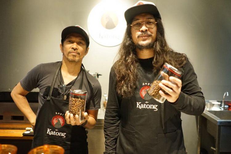 Dua musisi Indonesia Ridho Hafiedz dan Marcello Tahitoe sama-sama membuat warung makan dengan citra rasa Maluku yang diberi nama Warung Katong.