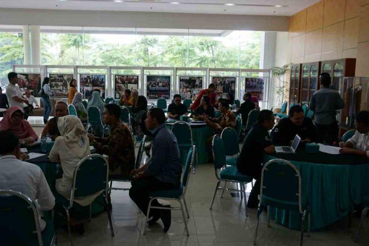 Open office merupakan kegiatan yang dibuat Pemkot Tangeran Selatan untuk menampung aspirasi dan keluhan warga. Kegiatan ini digelar pada hari Jumat setiap pekan. Warga bisa datang dan langsung menemui Wali Kota Tangerang Selatan Airin Rachmi Diany untuk  menyampaikan keluhan mereka, Jumat (9/11/2018).