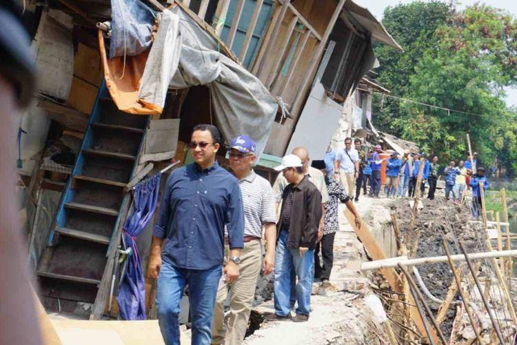 Gubernur DKI Jakarta Anies Baswedan meninjau rumah yang ambles di bantaran Kali Anak Ciliwung RT 001 RW 008 Ancol, Pademangan, Jakarta Utara, Selasa (20/11/2018).